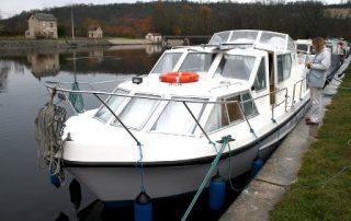 Loď Viking 1000 vyvázaná v přístavu