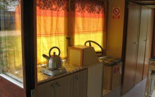 Kuchyňka a kormidelna hausbótu Karavela v jednom