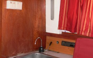 Kuchyňský kout v kajutě lodě