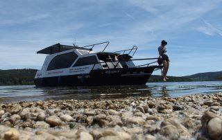 Loď Sarah na pláži lipenské nádrže
