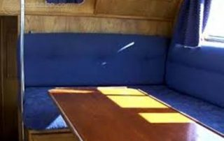 Posezení v salonu lodě Viking 1000