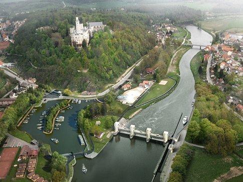 Letecký pohled na přístav a zámek Hluboká
