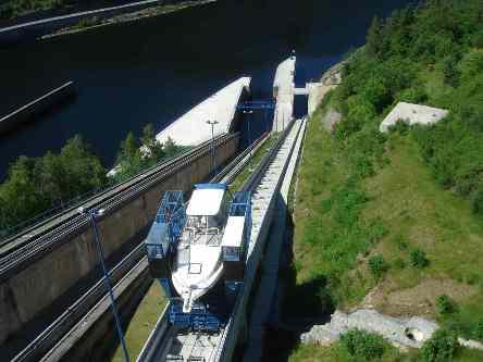 Pohled na lodní výtah z přehradní hráze